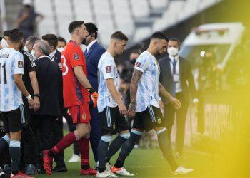 Dari kanan, pemain Argentina Nicolas Otamendi, Giovani Lo Celso, dan kiper Emiliano Martinez, berjalan keluar lapangan setelah pertandingan sepak bola kualifikasi Piala Dunia FIFA Qatar 2022, Argentina melawan Brasil dihentikan oleh pejabat kesehatan di Sao Paulo, Brasil, Ahad, 5 September  2021.