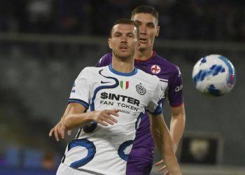 Striker Inter Milan Edin Dzeko, depan, mengontrol bola selama pertandingan sepak bola Serie A Liga Italia antara Fiorentina dan Inter Milan, di Stadion Artemio Franchi di Florence, Italia, Selasa, 21 September 2021.