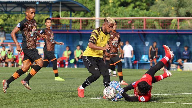 Zulham Zamrun berduel dengan Rolas Divaio | Foto via CNN Indonesia