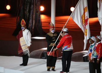 Sekda Aceh Taqwallah menerima bendera dari Menpora | Humas PON