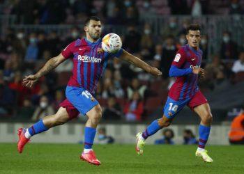 Pemain Barcelona Sergio Aguero mengontrol bola selama pertandingan sepak bola La Liga Spanyol antara FC Barcelona dan Valencia di stadion Camp Nou di Barcelona, ??Spanyol, Minggu, 17 Oktober 2021.