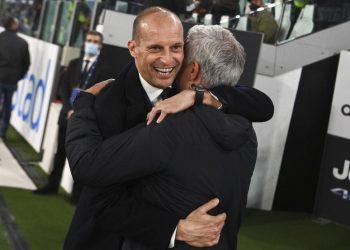 Pelatih Juventus Massimiliano Allegri, kiri, dan pelatih Roma Jose Mourinho berpelukan sebelum pertandingan sepak bola Serie A antara Juventus dan Roma, di stadion Turin Allianz, Italia, Minggu, 17 Oktober 2021.