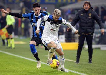 Bek Inter Milan Alessandro Bastoni (baju biru hitam).