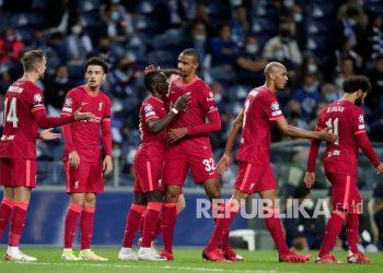 Pemain  Liverpool Sadio Mane ke-3 dari kiri, merayakan dengan Joel Matip setelah mencetak gol kedua timnya pada pertandingan sepak bola grup B Liga Champions antara FC Porto dan Liverpool di stadion Dragao di Porto, Portugal,Rabu (29/9) di hari WIB.