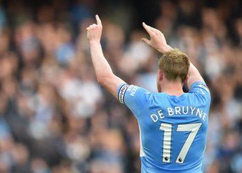 Gelandang Manchester City, Kevin de Bruyne merayakan golnya ke gawang Burnley pada laga Liga Primer Inggris di Stadion Etihad, Sabtu (16/10). City menang 2-0 pada laga ini.