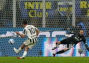 Pemain Juventus Paulo Dybala mencetak gol bagi timnya saat pertandingan sepak bola Serie A Italia antara Inter Milan dan Juventus di Stadion San Siro di Milan, Italia, Senin (25/10) dini hari WIB.