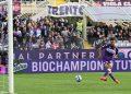 Pemain Fiorentina Nicolas Gonzalez mencetak gol ke gawang Cagliari.