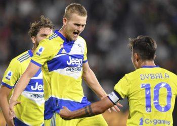 Matthijs de Ligt dari Juventus merayakan setelah mencetak gol selama pertandingan sepak bola Serie A Italia antara Spezia dan Juventus, di stadion Alberto Picco di La Spezia, Italia, Rabu, 22 September 2021.