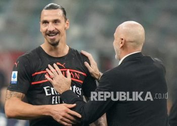 Manajer AC Milan Stefano Pioli, kanan, menyemangati Zlatan Ibrahimovic mengakhiri pertandingan sepak bola Serie A antara AC Milan dan Torino, di stadion San Siro, di Milan, Italia,  Rabu (27/10) dini hari WIB.