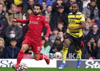 Pemain Liverpool Mohamed Salah, kiri, dan pemain Watford Danny Rose berebut bola dalam pertandingan sepak bola Liga Inggris antara Watford dan Liverpool di Vicarage Road, Watford, Inggris,