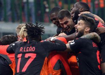 Para pemain AC Milan merayakan gol bunuh diri pemain Hellas Verona, Koray Gunter pada babak kedua laga lanjutan Serie A di Stadion San Siro, Milan, Ahad (17/10) dini hari WIB. AC Milan menang 3-2 pada laga ini.
