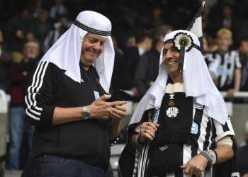 Fan Newcastle United mengenakan tutup kepala tradisional Timur Tengah.