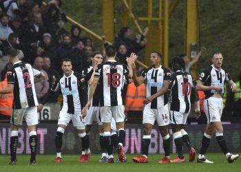 Para pemain Newcastle United saat merayakan kemenangan.