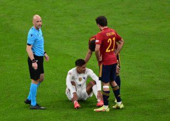 Bek Prancis Raphael Varane (kedua kiri) mengalami cedera di tengah laga final UEFA Nations League.