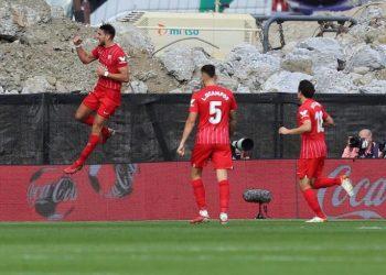 Pemain Sevilla Rafa Mir (kiri) merayakan gol ke gawang Celta Vigo.