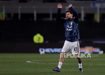 Lionel Messi dari Argentina melambai sebelum dimulainya pertandingan sepak bola kualifikasi Piala Dunia CONMEBOL Qatar 2022 antara Argentina dan Uruguay di Stadion Monumental di Buenos Aires, Argentina, 10 Oktober 2021.