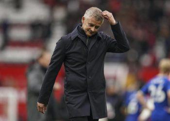 Manajer Manchester United Ole Gunnar Solskjaer keluar dari lapangan pada akhir pertandingan sepak bola Liga Inggris antara Manchester United dan Everton, di Old Trafford, Manchester, Inggris, Sabtu, 2 Oktober 2021. Pertandingan berakhir imbang 1-1
