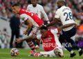 Pemain Arsenal Pierre-Emerick Aubameyang, tengah, berebut bola dengan pemain Tottenham Tanguy Ndombele, kanan, dalam pertandingan sepak bola Liga Inggris antara Arsenal dan Tottenham Hotspur di Emirates Stadium, London, Senin (27/9) dini hari WIB.